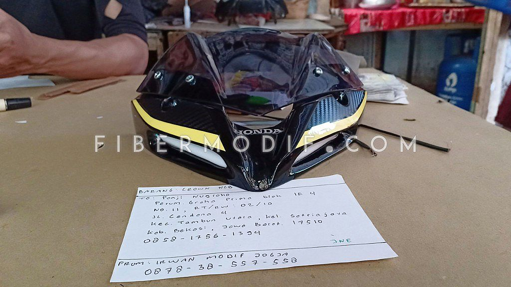 Crown V2 CB150R Facelift - Black Glossy Carbon Yellow Strip